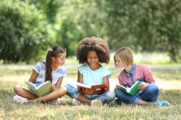 Girls reading_470554472